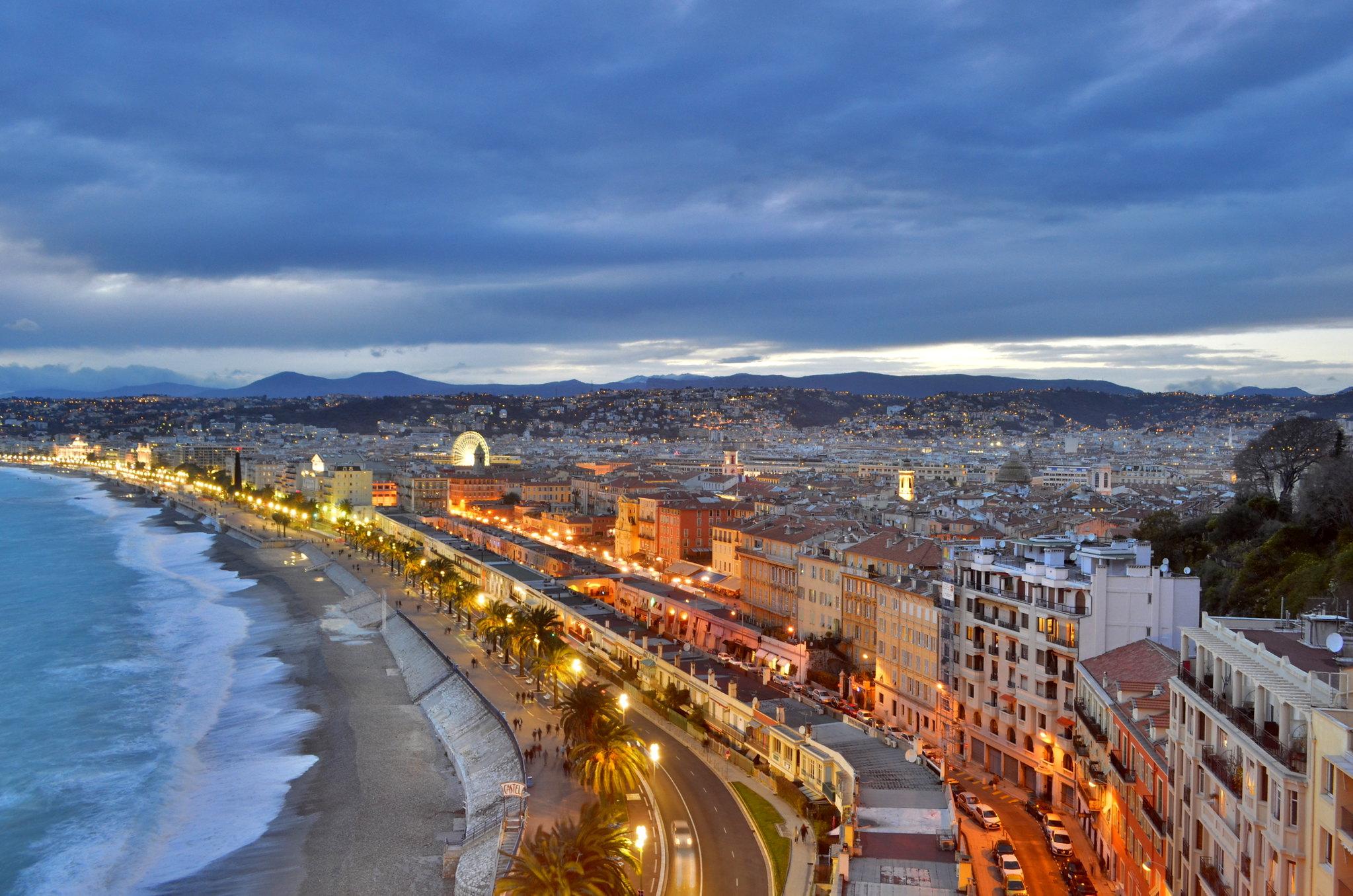 Vue de Nice en soirée depuis la colline du château