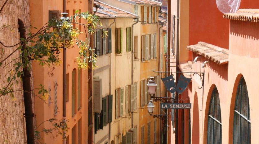 Vue plongeante dans une ruelle étroite dans le quartier du vieux nice