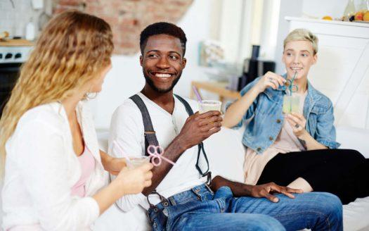 Amis qui discutent sur la meilleure façon de louer un appartement sur Nice